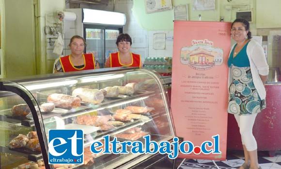La dueña de Santa Julia, Ana Varas, con las dependientas del local, Angélica Ávila e Ivonne Toro.