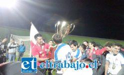 A CELEBRAR MUCHACHOS.- Así celebraron ayer en el Estadio Elías Figueroa de Valparaíso, este sueño deportivo por años acariciado.