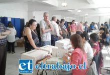 Otra imagen de personas esperando votar en dependencias del Liceo de Hombres.