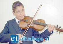 JOVEN VIOLINISTA.- Sebastián nos mostró su violín, él asegura que es feliz cuando lo toca.
