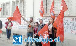 Los dirigentes en el frontis del Servicio de Salud Aconcagua protestando.