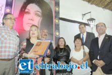 HONORES EN VIDA.- Emocionada y muy contenta estaba Palmenia Pizarro al lado de las autoridades que le acompañaron al pie del mural.