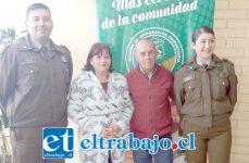 En la fotografía, Gladys y Mario junto al Subcomisario de Carabineros, Capitán Osvaldo Villarroel y la Cabo 1º Nadia Toro de la Oficina de Encargo y Búsqueda de Personal de la Segunda Comisaría de San Felipe.