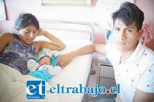 El pequeño Matías al centro junto a sus padres en el Hospital San Camilo.