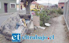 ANTES.- Así lucía el martes temprano la esquina Artemón Cifuentes con Calle Portus, nadie recordaba que ahí estaba sepultado el grifo para emergencias.