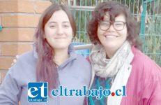 De izquierda a derecha Paula Cabrera junto a otra compañera también participante de la toma.