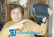 Doña María Ferreira muestra a Diario El Trabajo el 'banano' donde ella tenía su monedero con $40.000.