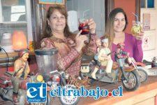 SANGRÍAS Y MUCHO MÁS.- Aquí tenemos a Claudia Ibaceta al lado de su fiel colaboradora y madre, doña Viviana.