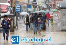 Los paraguas volvieron a adornar las calles de San Felipe el día de ayer, con las persistentes precipitaciones que se dejaron caer y que deberían prolongarse hasta mañana al mediodía.