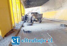 A raíz del impacto la camioneta con dos ocupantes en su interior fue lanzada varios metros hacia el interior del cobertizo.