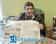Ricardo Gómez, dueño de la empresa de radio taxis Aconcagua, nos muestra la noticia en Diario El Trabajo.