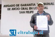 Pedro Vega, presidente APR Algarrobal, al salir del tribunal sostiene en sus manos la denuncia presentada en Fiscalía.