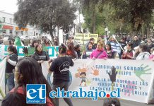 Los manifestantes enpleno centro, frente a la municipalidad de San Felipe.