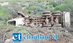 El trágico accidente ocurrió la tarde de este viernes en el sector Seco Alto de Catemu, luego que el camión desbarrancó unos 150 metros. (Fotografía: @AquiCatemu).