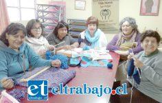 De derecha a izquierda Herminda Márquez, secretaria; Claudia Urrutia, presidenta de la agrupación Mirando con el corazón, junto a otras personas presentes en la oficina de la discapacidad.