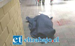 El cuerpo de Durán Varas, de 33 años de edad, quien cumplía condena de 14 años por el delito de Robo con intimidación, yace sobre el piso cubierto por una tela oscura.