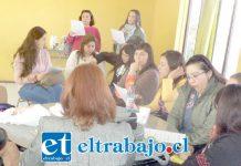 Un grupo de profesores participando durante el pleno de ayer en su sede de Carlos Condell.
