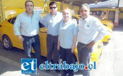 Verónica Villarroel, secretaria de Ataxcoa, junto a conductores que se han visto afectados por la demora en los cortes de tránsito.