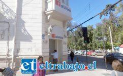 Así se encuentra la sucursal de calle Prat con Coimas en San Felipe, cerrada.