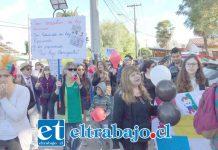 Los docentes realizaron una inédita protesta en el frontis del edificio consistorial contra los concejales que rechazaron la modificación presupuestaria.