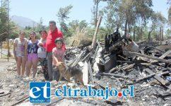 TIEMPO DE AYUDAR.- Aquí tenemos a esta familia, sanos, sin muertes ni heridos que lamentar, pero con un triste panorama que los deja a merced del cariño y solidaridad de todo el Valle de Aconcagua.