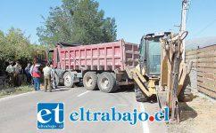 LA ÚLTIMA JUGADA.- Estas pesadas máquinas amanecieron ayer lunes impidiendo el paso vehicular hacia el hospital psiquiátrico de Putaendo.