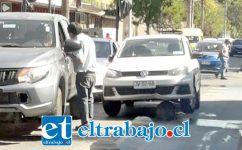 El automóvil marca Volkswagen quedó montado sobre un bolardo en la esquina de Salinas con Santo Domingo. (Cedida).