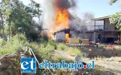 El incendio se originó cerca de las 09:00 horas de este viernes afectando a una casa de material ligero en el sector de Bellavista en San Felipe. (Fotografía: Emergencia V Cordillera).