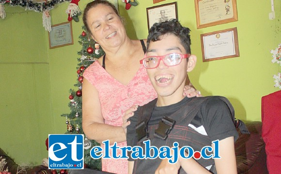Él es Darío, quien ahora cuenta con una nueva silla a motor eléctrico, también este artefacto le permite permanecer de pie.