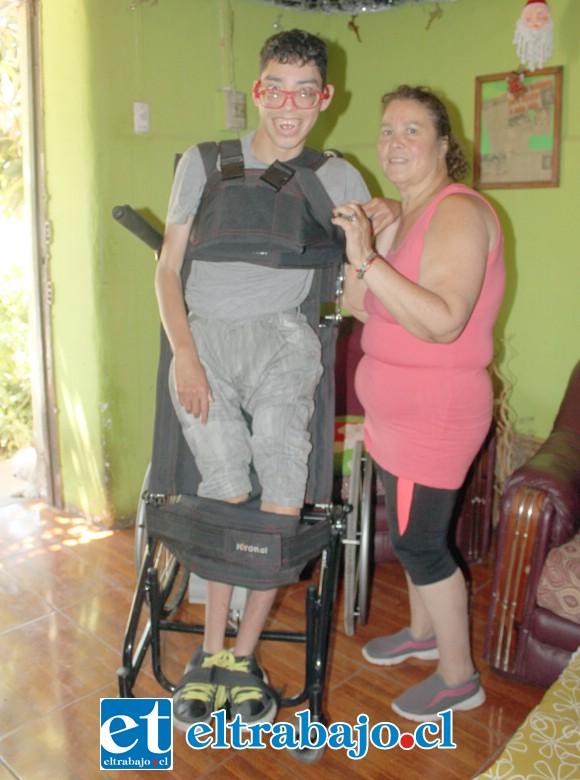 Aquí vemos al joven Darío cumpliendo un digno sueño personal, estar de pie, la silla está hecha para mantenerlo erguido sin dificultad, y gracias también a fajas especiales.