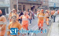 El grupo de recolectores pasando por calle Coimas en dirección al municipio de San Felipe, minutos antes de reunirse con la autoridad.