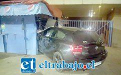 Así terminó el vehículo incrustado en el kiosco ubicado en las afueras del Hospital San Camilo de San Felipe, ocasionando daños a la propiedad. (Fotografías Gentileza: Claudia Rodríguez Pérez).
