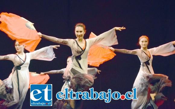 APLAUSO INFINITO.- Belleza imponente en cada danza ofrecida por estas hechiceras de Asia, así lucieron nuestros especiales invitados en Teatro A Mil este sábado.