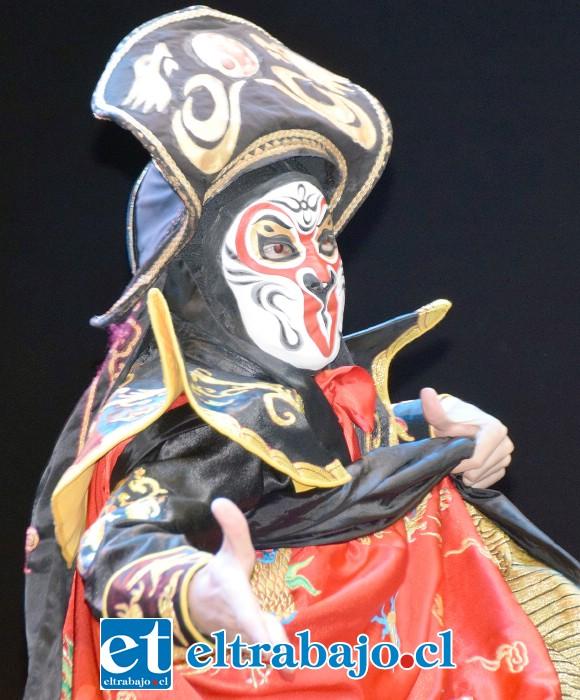 ¿MAGIA O TRUCO? Él e s el Mago de las mil máscaras, se quitaba una tras otra, y pocos detectaron el truco.