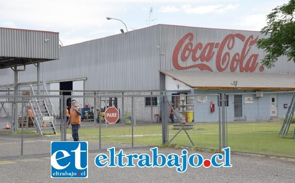 Importante señalar a nuestros lectores que las bebidas gaseosas, al menos las cocacolas que se venden en el Valle de Aconcagua, no son embotelladas en San Felipe, sino en Con Con.