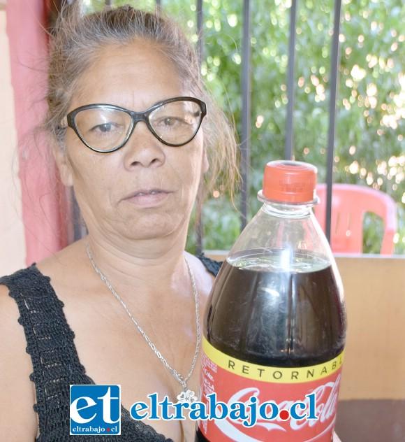 CLIENTA AFECTADA.- Doña Haydee Riquelme muestra a Diario El Trabajo el producto sellado, en su interior los dos objetos.