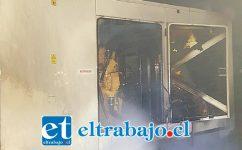 El generador del APR que fue incendiado, aún se puede apreciar echando humo.