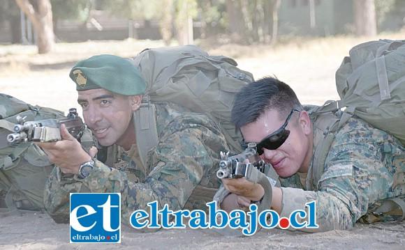 PROHIBIDO FALLAR.- Aquí tenemos al cabo 2º Fabián Berríos Ortiz haciendo sus prácticas con arma automática en el Yungay Nº3, de Los Andes.