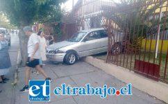 El vehículo terminó incrustado en la reja del Colegio Santa Juana de Arco en Calle Freire.