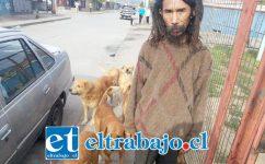 BOB MARLEY.- Aquí vemos en esta foto de archivo al conocido vecino José Suco, acompañado de sus amados perros.