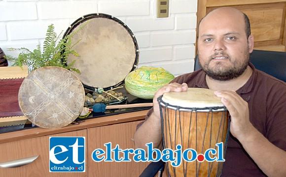 MÚSICOTERAPEUTA.- El psicólogo Nelson Muñoz Castro muestra a Diario El Trabajo algunos de los instrumentos musicales que utiliza en sus terapias.
