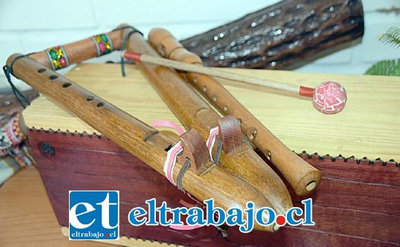 LAS HERRAMIENTAS.- Aquí vemos parte de esos instrumentos, la flauta doble americana y otras sorpresas.