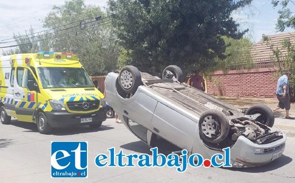El vehículo terminó volcado en medio de la calle pasado el mediodía de ayer domingo, resultando una persona lesionada.