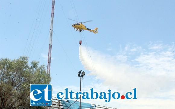 Un helicóptero de la Conaf llegó también a colaborar en la lucha contra el incendio de pastizales.