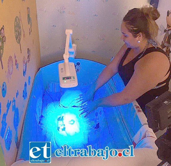 La lámpara sobre la cuna del pequeño, la cual le ayudará a eliminar la bilirrubina, pero sin causarle daño ya que no genera calor y tampoco radiación UV.