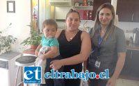 El pequeño Francisco en su casa junto a su madre y Susan Contardo, jefa del Departamento de Atención al Usuario del Hospital San Camilo, desde donde se gestionó la compra y entrega del equipo.