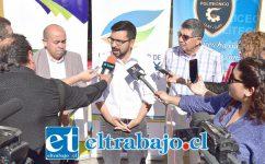 El alcalde Edgardo González (al centro) junto al jefe DAEM Alejandro Puebla (Izq.) y el director del Liceo Politécnico de Llay Llay, Mario Flores (Der.), dieron a conocer la importante noticia.