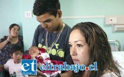 Marco y Karla, los padres de la recién nacida.