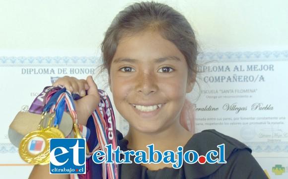 NUESTRA CAMPEONA.- Aquí tenemos a la tremenda 'Kuki' Villegas mostrando sus medallas obtenidos en tan sólo tres años de competencia.
