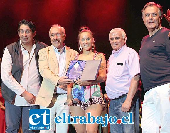 La cantante Denise Rosenthal fue aclamada por el público y premiada por las autoridades sanfelipeñas por su actuación.